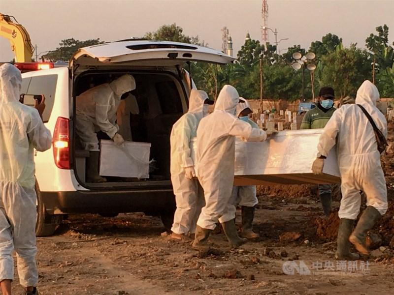 世衛組織15日警告,將出現更多「危險的」COVID-19變異病毒株。世界人口第4大國印尼15日單日新增5萬6757人染疫,超越印度成為亞洲疫情中心。圖為雅加達北區羅羅坦墓園7月10日不斷有救護車載運遺體前來。中央社記者石秀娟雅加達攝 110年7月13日