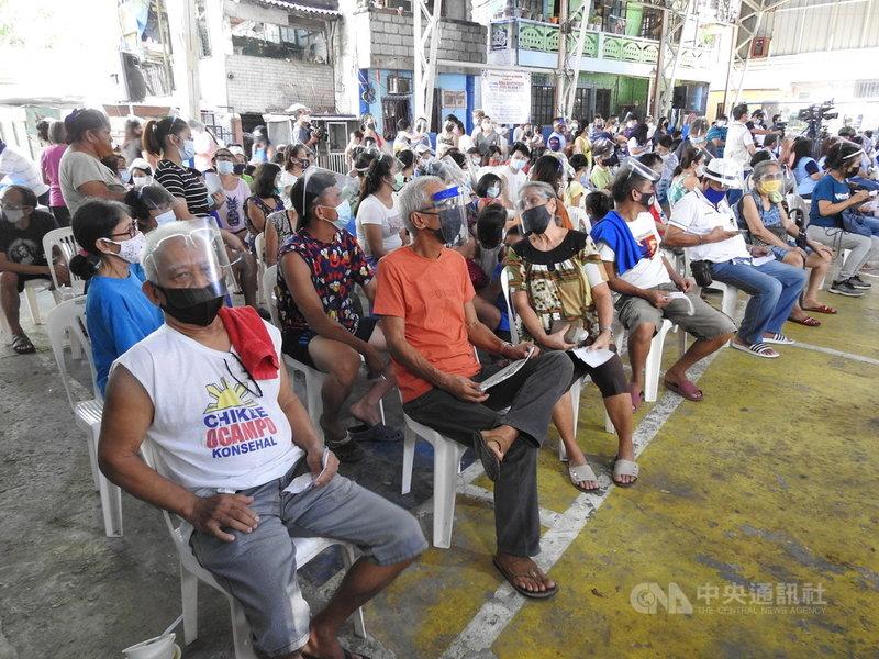 菲律賓16日通報新增16例感染Delta變異株的COVID-19確診者,其中11例為本土病例。圖為馬尼拉市民7月7日參加社區健檢活動。中央社記者陳妍君馬尼拉攝 110年7月16日