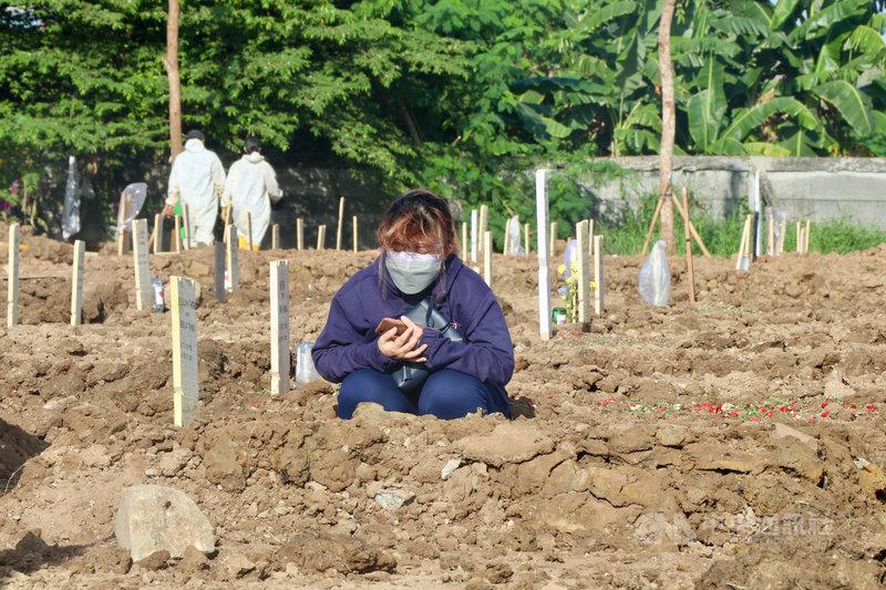 印尼單日確診連續3日破5萬例,16日創下單日死亡最高紀錄,1205人不治。圖為印尼民眾10日在羅羅坦墓園追思親人。中央社記者石秀娟雅加達攝  110年7月16日