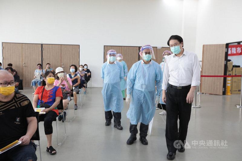 中央「疫苗接種預約平台」預約接種疫苗16日起施打,基隆市長林右昌(右前)前往設在台灣港務公司基隆港務分公司的施打站視察,感謝市民配合施打。(基隆市政府提供)中央社記者沈如峰基隆傳真 110年7月16日
