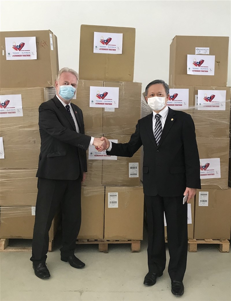 斯洛伐克將捐贈1萬劑COVID-19疫苗給台灣,據知情人士表示,斯洛伐克大型訪問團預定9月搭政府專機訪台。圖為斯洛伐克國會友台小組主席歐蘇斯基(Peter Osuský,左)與駐斯洛伐克代表曾瑞利2020年4月一同參加台灣口罩捐贈儀式。(駐斯洛伐克代表處提供)
