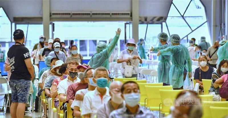 中央流行疫情指揮中心統計,15日全台接種24萬2274人次,為單日次高,接種劑次人口比達到19.6%。圖為台北市花博爭艷館作為大型接種站15日現場秩序良好。中央社記者王飛華攝 110年7月15日