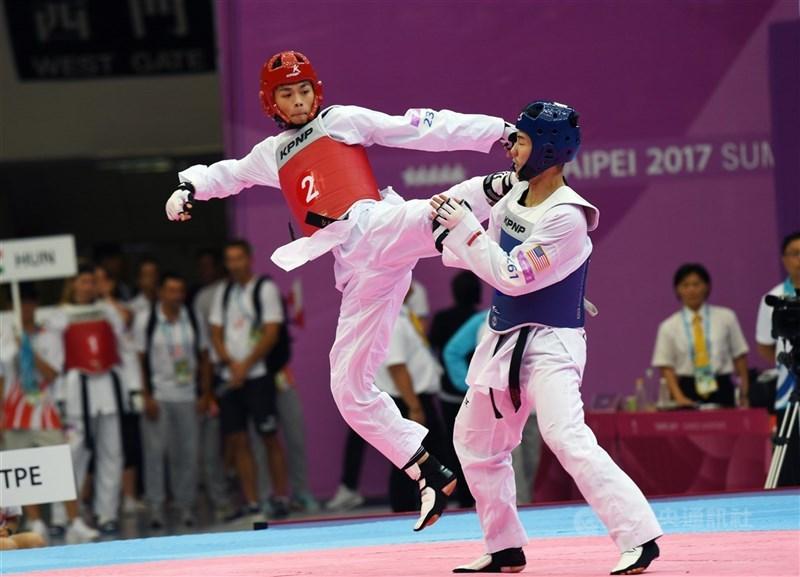 台灣跆拳道男子68公斤量級好手黃鈺仁(左)2018年亞運慘跌一跤,又碰上右膝出狀況,一度萌生退役;如今他已重新找回自己,目標是在東京奧運奪金。(中央社檔案照片)