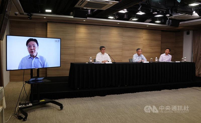 新加坡KTV夜店群聚感染擴大,當局16日舉行線上記者會宣布將加強防疫措施,醫藥服務總監麥錫威(右3)、衛生部長王乙康(右1)、財政部長黃循財(螢幕)等人出席。(新加坡通訊及新聞部提供)中央社記者侯姿瑩新加坡傳真 110年7月16日