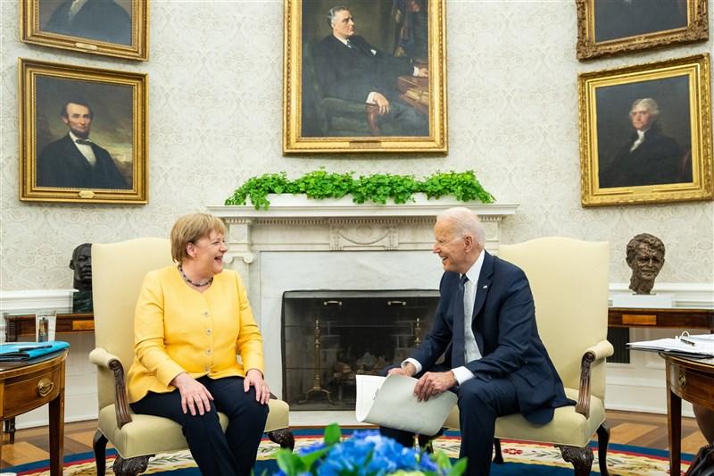 德國總理梅克爾(左)與美國總統拜登15日舉行會談,雙方都承認在俄國和中國議題仍存在分歧。(圖取自twitter.com/POTUS)