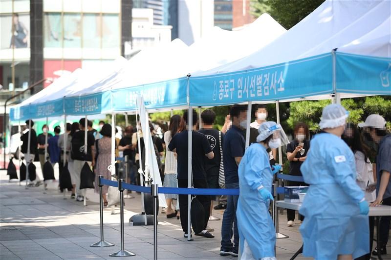 韓國中央政府為避免COVID-19疫情擴散,16日要求各地方研擬全面禁止5人以上聚會。圖為16日首爾民眾等待採檢。(韓聯社)