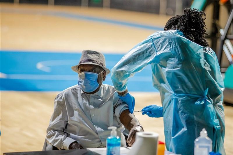 世界衛生組織15日表示,非洲病亡人數揚升,與疫苗長期短缺有關。(圖取自twitter.com/WHOAFRO)