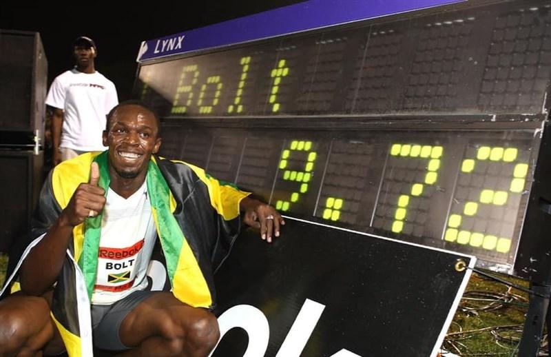 現年34歲的牙買加短跑選手波特(前)共有8面奧運金牌,被稱為地球上跑得最快的男人,享有「閃電」美譽。(圖取自facebook.com/usainbolt)