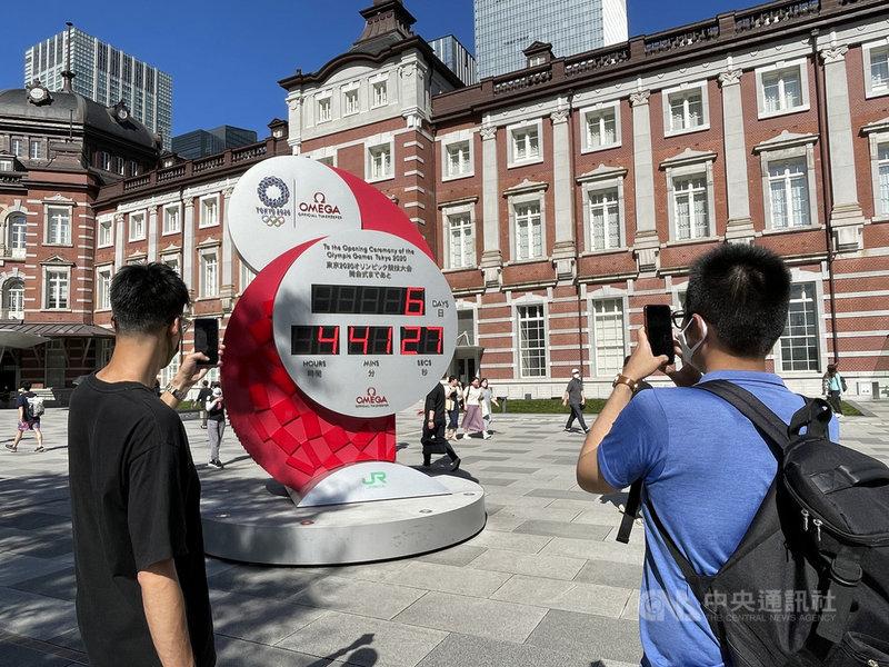 東京奧運倒數計時,圖為東京車站前廣場東奧倒數鐘。中央社記者楊明珠東京攝 110年7月17日