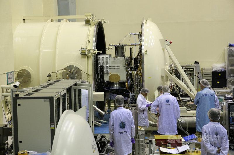 衛星在繞地球過程中,在太陽光照射與照不到時,環境溫差達200度以上。圖為太空中心的熱真空艙測試設備,確保元件在真空環境、劇烈溫差循環下都能正常運作。(國家太空中心提供)中央社記者蘇思云傳真 110年7月17日