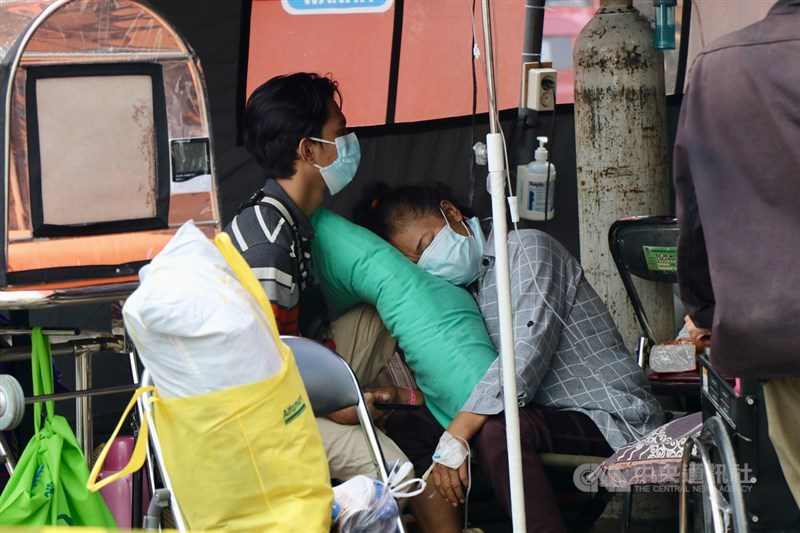 印尼單日確診連續3天破5萬例,醫療資源不足,民眾搶買醫療氧氣。印尼當局坦言,Delta變種病毒的影響難預期,任何狀況都可能發生。圖攝於6月25日中央社記者石秀娟勿加西攝 110年7月14日