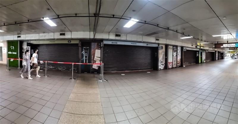 台北車站地下街累計6人確診,台北市長柯文哲17日表示,已安排K與Z區的PCR陰性者打疫苗。圖為16日多間店家拉下鐵捲門暫停營業。中央社記者鄭清元攝 110年7月16日
