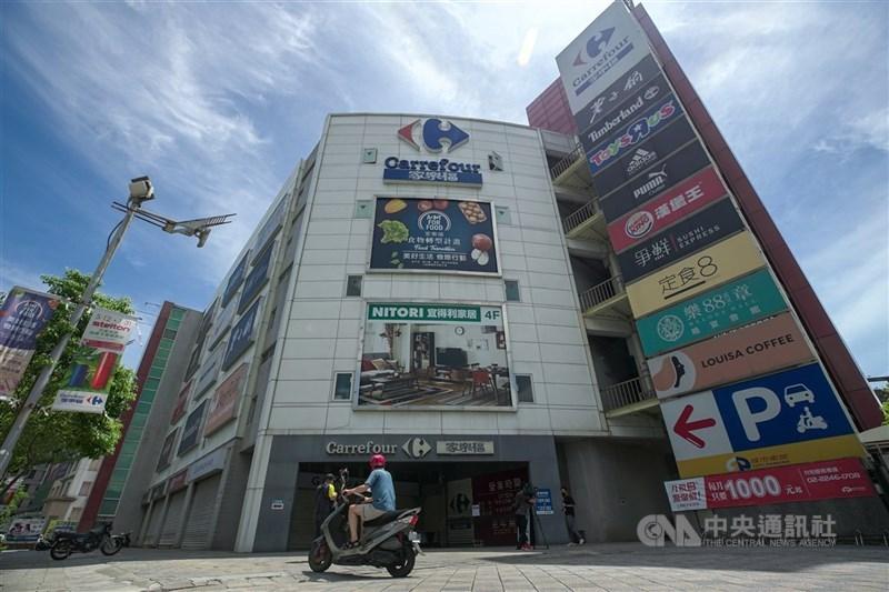 北市衛生局17日公布2例確診者足跡,包含家樂福內湖店。(中央社檔案照片)