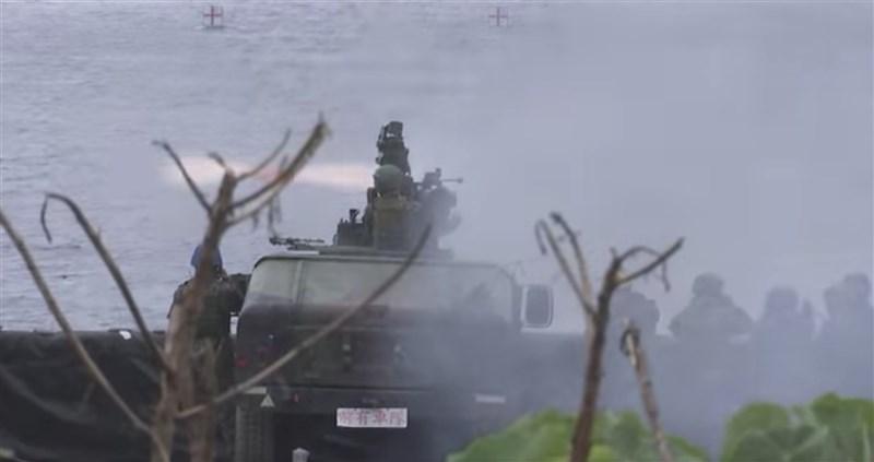 陸軍近日實施110年飛彈射擊操演,16日透過臉書公開相關影片。影片畫面可見火箭發射瞬間的火光及震撼,展現堅強戰力。(圖取自facebook.com/ROC.armyhq)