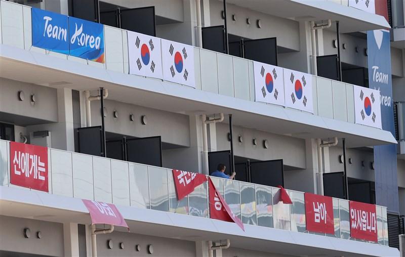 韓國東奧代表團在入住的選手村陽台外懸掛一幅改編「抗日英雄」李舜臣名言布幕,引發日本方面反彈。(韓聯社)