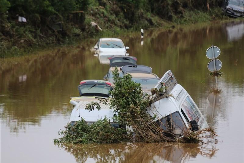 洪水重創德國西部,截至19日已有165人喪生,救難單位正持續進行搜救任務。圖為16日德國萊因-法耳次邦許多車輛被水淹沒。(安納杜魯新聞社)