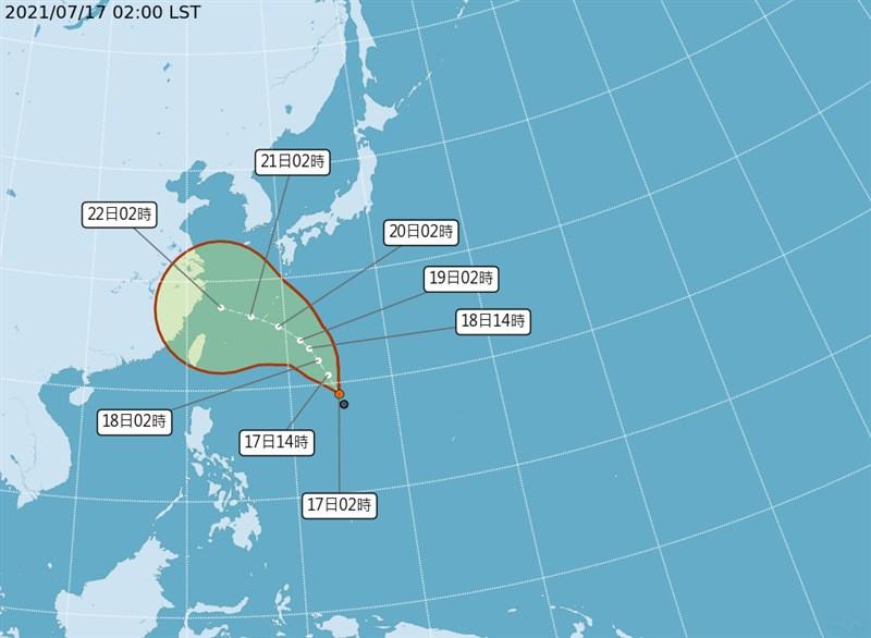 中央氣象局表示,位於菲律賓東方海面的熱帶性低氣壓最快17日晚間生成颱風烟花,22日最靠近台灣。(圖取自氣象局網頁cwb.gov.tw)