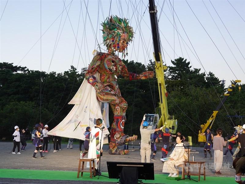 東京奧運文化活動之一「將幸福從東北傳遞至東京、世界」17日在東京舉行。登場的大玩偶萌可(暫譯,Mocco)配合首度公開歌曲動起來,線上播放吸引逾百萬人欣賞。中央社記者楊明珠東京攝 110年7月18日