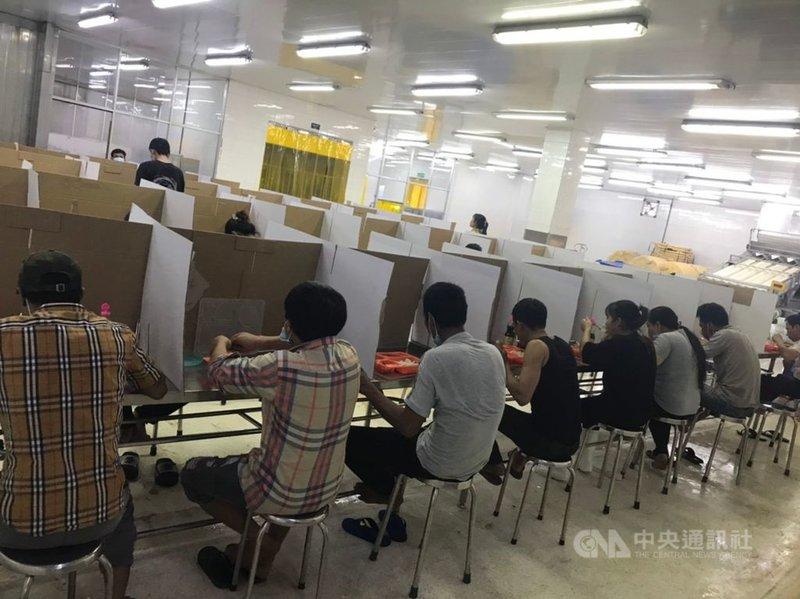 越南18日新增近6000例本土病例,越南南部將有19省市進入行動限制狀態。圖為越南南部一家工廠在用餐區設置臨時防疫隔板。(讀者提供)中央社記者陳家倫河內傳真 110年7月18日