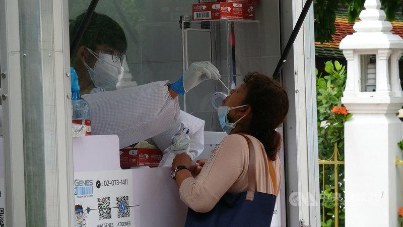 泰國4月爆發的第三波疫情沒有緩解跡象,大曼谷地區疫情尤其嚴峻,篩檢站的人潮不曾減少。中央社記者呂欣憓曼谷攝 110年7月18日