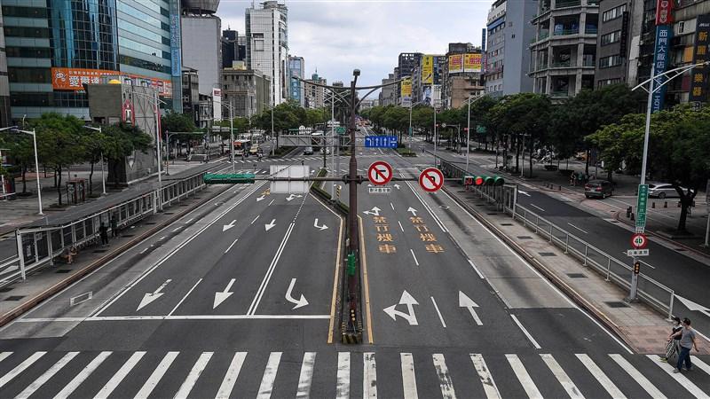 一張台北街頭三級警戒空無一人的畫面,震撼了遠居日本的牙醫三船文彰,決定請求政界好友協助,捐助台灣疫苗。(攝影:鄭清元)