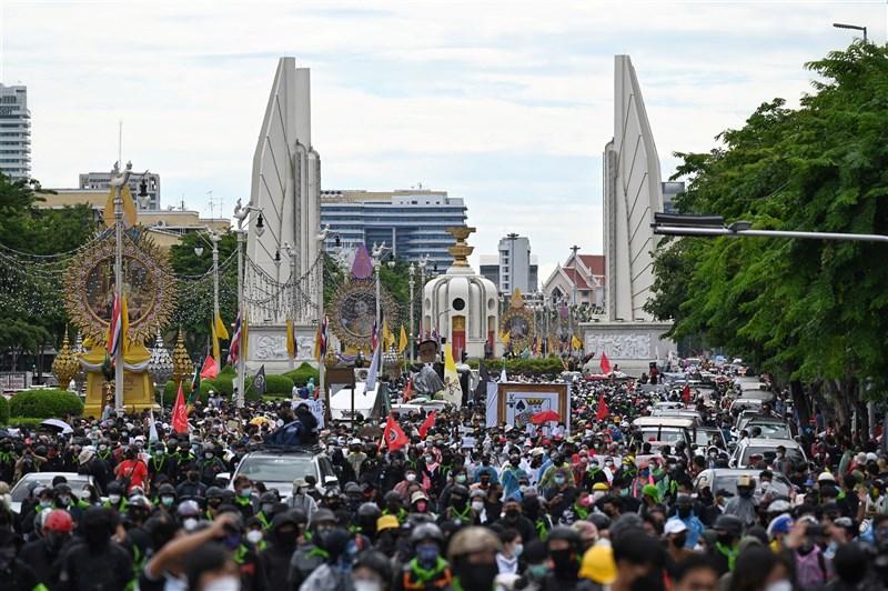 泰國近期疲於應對第三波疫情,嚴峻情勢讓民眾對政府的憤怒與日俱增。曼谷18日出現大批示威民眾,要求總理帕拉育下台,同時紀念民主運動爆發一週年。(法新社)