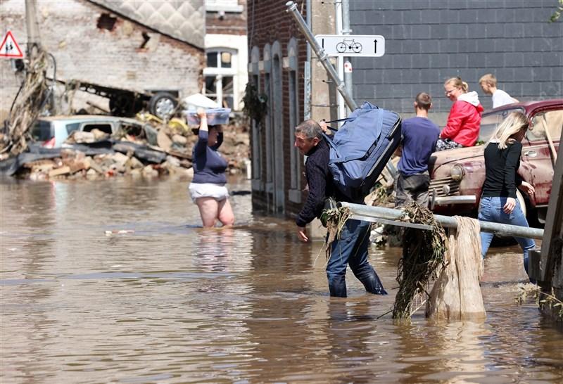 比利時本週嚴重洪災造成至少27人喪生,逾100人失蹤。原本的路面變成泡水車及樹木各種雜物殘骸。(安納杜魯新聞社)