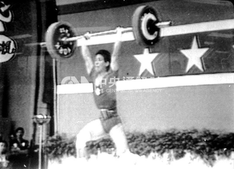 1984年洛杉磯奧運會蔡溫義獲得男子舉重60公斤級銅牌。(中央社檔案照片)