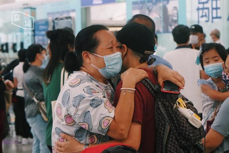 英國供香港居民入籍的「英國海外國民」(BNO)新制中,「特許入境許可」(LOTR)期限19日到期。不少香港民眾為此趕在18日搭機離境,使機場滿是人潮,不乏含淚道別的場面。(圖取自立場新聞)