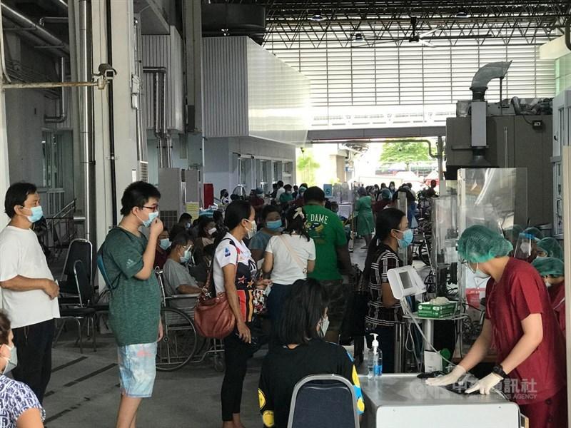 泰國19日通報新增1萬1784例COVID-19病例,感染數連4天破紀錄,迄今確診累計達41萬5170例。圖為曼谷17日一處醫院外擠滿檢測人潮。(中央社檔案照片)