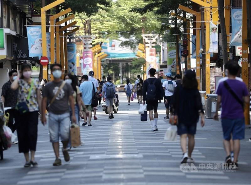 全國疫情3級警戒13日起微解封,18日為微解封後首個週日,台北西門町商圈午後可見逛街人潮,相較前幾週已明顯增多。中央社記者張皓安攝 110年7月18日