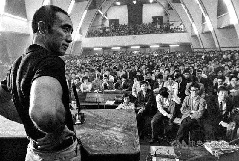 三度獲諾貝爾文學獎提名作家三島由紀夫,上個世紀60 年代在東京大學以一擋千,與「全共鬥」左翼學生熱血激烈辯論影像,被日本TBS電視台全程拍攝記錄,而這捲長達4小時的16釐米膠卷,塵封50多年再次尋獲,並找來東大畢業的導演豐島圭介進行修復、訪談、剪輯成紀錄片「三島由紀夫vs.東大全共鬥」。(天馬行空提供)中央社記者葉冠吟傳真 110年7月19日