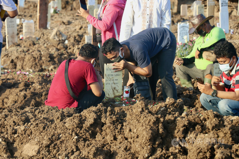 印尼19日通報1338人死亡,再創單日不治人數紀錄。印尼民眾在墓園訣別親人,不捨親吻墓碑,圖攝於10日。中央社記者石秀娟雅加達攝  110年7月19日
