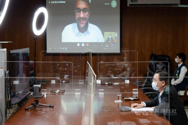 外交部長吳釗燮(右下)15日接受西班牙「世界報」(El Mundo)視訊專訪。(外交部提供)中央社記者游凱翔傳真  110年7月19日
