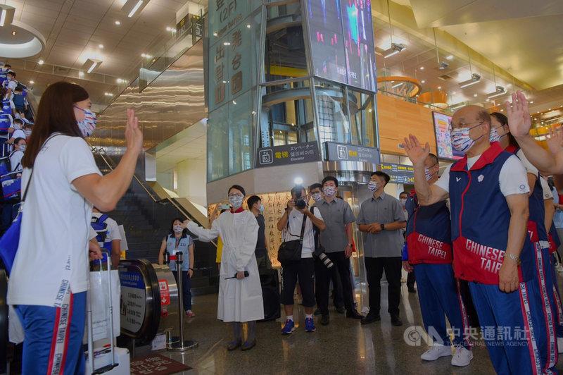 東京奧運中華代表團19日以包機方式前進日本,行政院長蘇貞昌(右)到松山機場歡送,在手扶梯旁與選手揮手致意。(行政院提供)中央社記者陳俊華傳真 110年7月19日