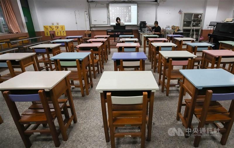 台北市教育局19日表示,正在研議分艙分流的到校學習方式,初步規劃國三生、高三生9月開學後將全數到校,但分為實體組與同步組上課;其他年級則輪流到校上課。(中央社檔案照片)