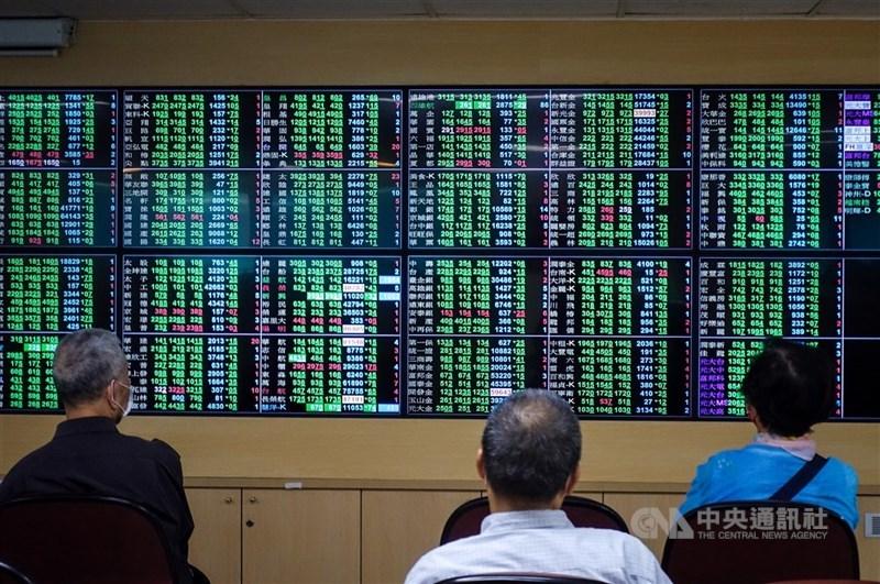 電子權值股表現疲弱,台股19日開低走低,加權指數19日終場下挫106點。(中央社檔案照片)