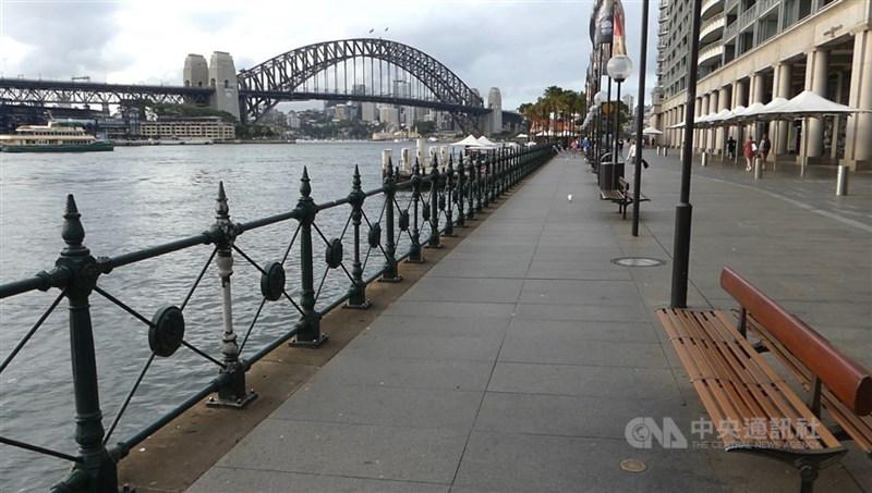 澳洲兩個最大城市雪梨及墨爾本將維持嚴格COVID-19防疫限制。雪梨已進入封城第4週,原計劃在本月底解封,目前看起來如期解封可能性愈來愈低。(中央社檔案照片)