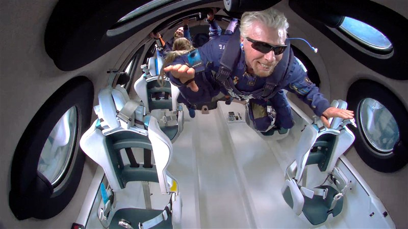 「維珍銀河」公司創辦人布蘭森(前)日前搭乘自家太空船,實現太空旅遊夢想。然而這個壯舉卻引來批評聲浪,因為這趟旅程留下了大量碳足跡。(圖取自twitter.com/virgingalactic)