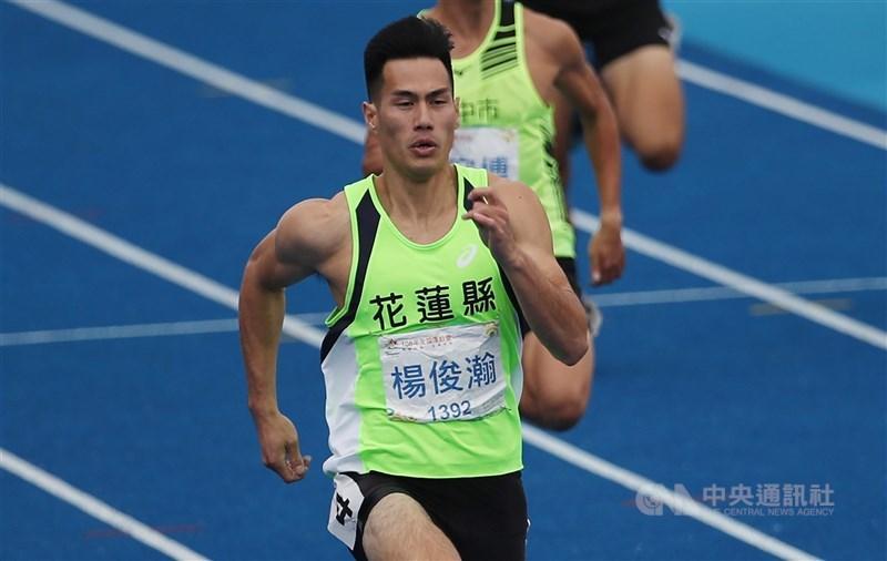 「台灣最速男」楊俊瀚(前)目前保有台灣男子100公尺、200公尺與4 X 100公尺接力3項全國紀錄,今年東京奧運他也期望能突破個人極限,再締全國新猷。(中央社檔案照片)