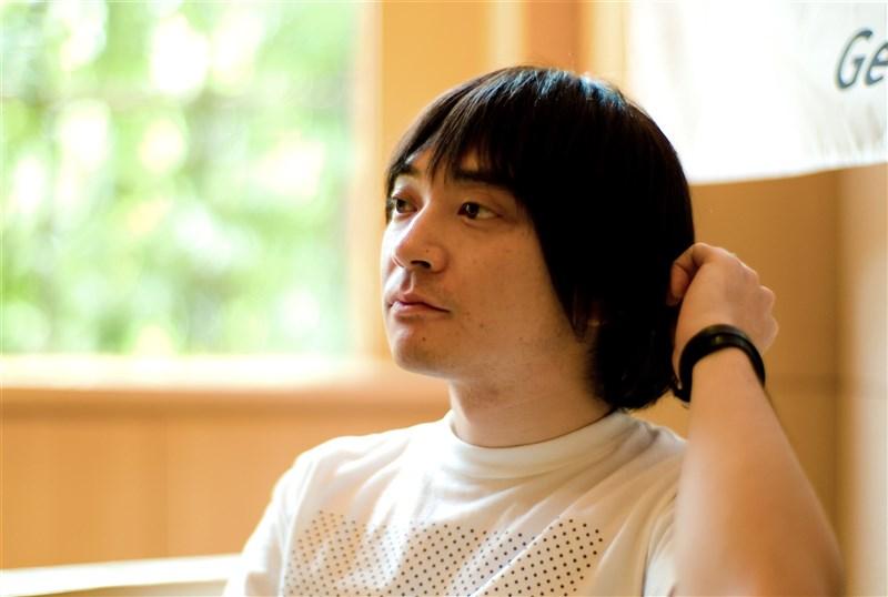 日本東奧開幕式作曲人之一的日本音樂人小山田圭吾(圖)學生時代曾霸凌同學,東奧組委會19日晚上宣布他已請辭。(圖取自維基共享資源;作者Joi Ito,CC BY 2.0)