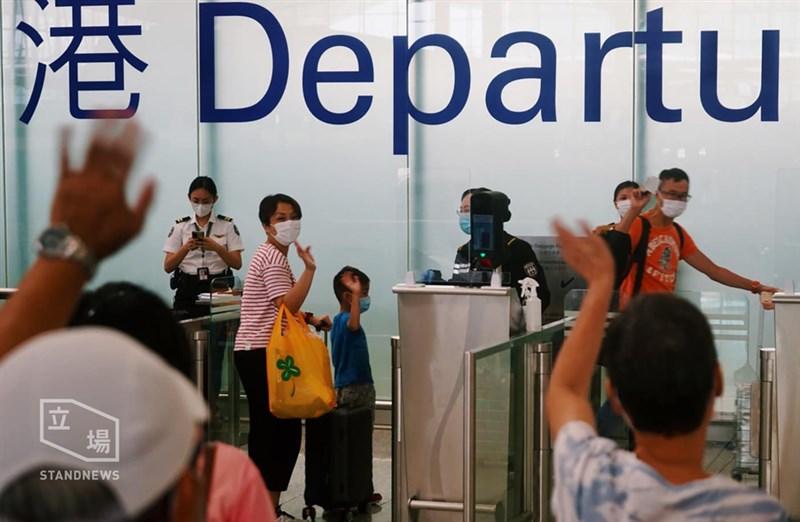綜合香港媒體報導,最近幾天,機場出現前往英國的人潮,移居者及送機親友擠滿了相關航機的櫃檯及通道。(圖取自立場新聞)