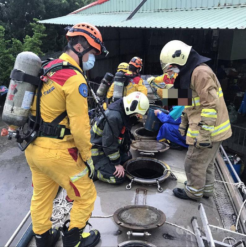 2名工人20日在高雄市鳳山區施作水肥工程,因有工具掉落在淨空的水肥車槽體內,其中一人要下去撿拾時感到身體不適,另一人欲救援卻跟著昏倒,所幸現場有其他工人趕緊求救,救護人員獲報趕到將2人救出送醫。(民眾提供)中央社記者洪學廣傳真  110年7月20日