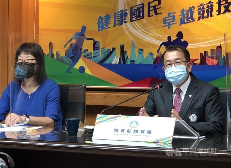 因台灣奧運選手搭經濟艙、官員搭商務艙引發熱議,體育署長張少熙(右)已向教育部長潘文忠提辭呈,他20日強調,照顧好選手是他的責任,該負責的絕對不會逃避。(中央社檔案照片)