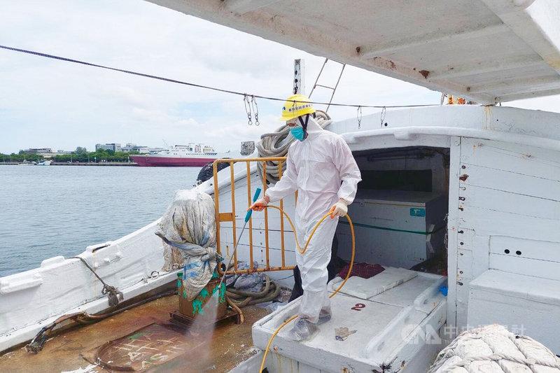 海巡署20日在台南外海查獲1艘本國籍漁船涉嫌走私,船上有6名外籍人士PCR篩檢陽性,台南市衛生局派員前往漁船執行清消工作。(台南市衛生局提供)中央社記者楊思瑞台南傳真  110年7月20日