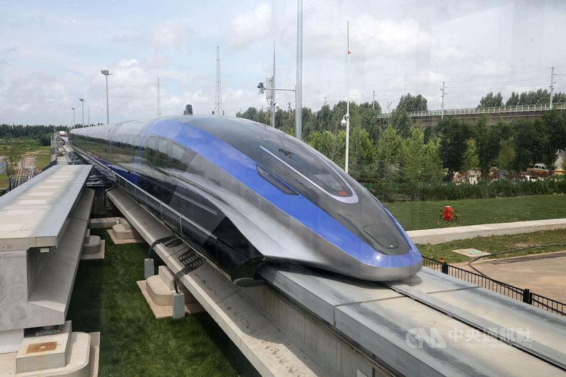 由中國中車研製、標榜擁有完全智慧財產權的磁浮列車系統,20日在青島成功完成生產。中車表示,這是世界首款設計時速達600公里的磁浮列車,代表中國掌握高速磁浮全套技術和工程化能力。(中新社提供)中央社 110年7月20日