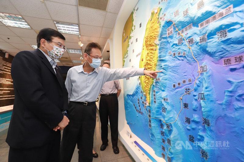 交通部長王國材(左)20日慰勞中央氣象局員工,並前往地震測報中心,了解目前海底纜線的鋪設狀況。(氣象局提供)中央社記者張雄風傳真  110年7月20日