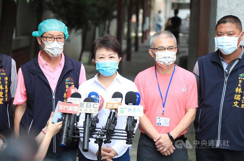台北市長柯文哲預計舉債購買第3劑疫苗。台中市長盧秀燕(左2)20日受訪表示,疫苗現在是國家生存的重要戰略物資,有就要買,寧多勿少,有人能買到,都鼓勵盡量買。中央社記者趙麗妍攝 110年7月20日