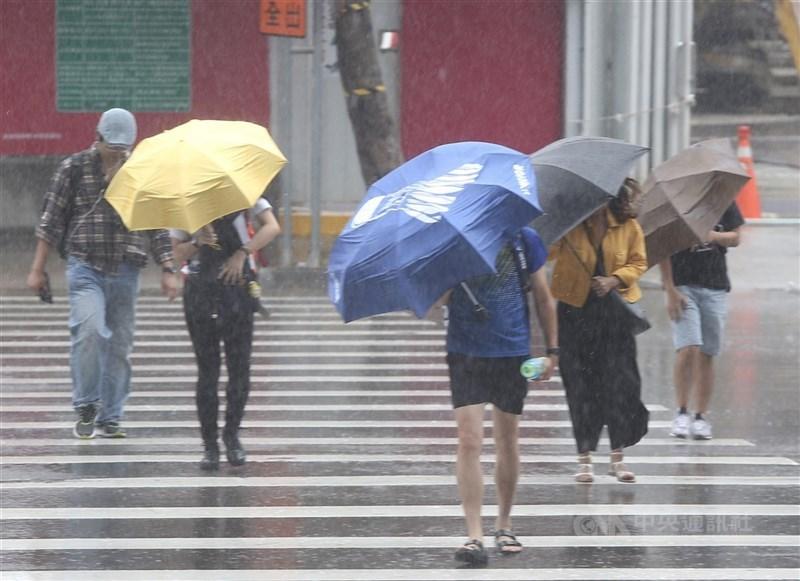颱風烟花逐漸逼近台灣,勞動部表示,就目前居家上班的勞工而言,由於沒有通勤的必要,因此就算地方政府宣布放假,仍不可以此為由拒絕上班。(中央社檔案照片)