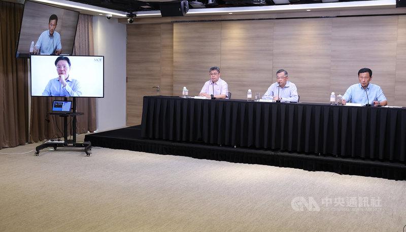 新加坡疫情升溫,當局20日舉行線上記者會宣布加強防疫措施,衛生部長王乙康(右1)、貿工部長顏金勇(右2)等人出席,財政部長黃循財視訊參與。(新加坡通訊及新聞部提供)中央社記者侯姿瑩新加坡傳真 110年7月20日
